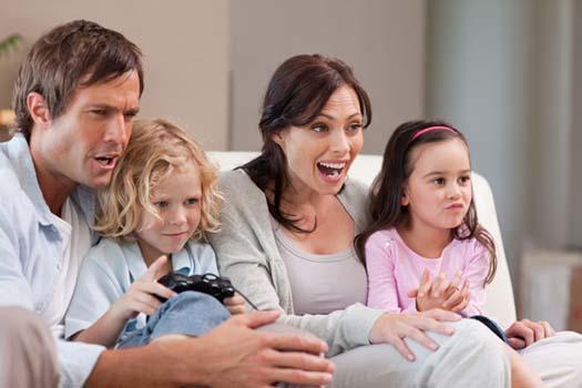 Famille qui joue a des jeux vidéo